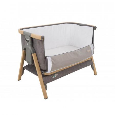 Cuna CoZee Bedside Crib de Tutti Bambini en el color oak and charcoal. Baja el lateral y ajústala a la cama para el colecho