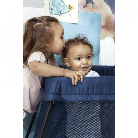 cuna de viaje light de babybjorn en el color azul oscuro